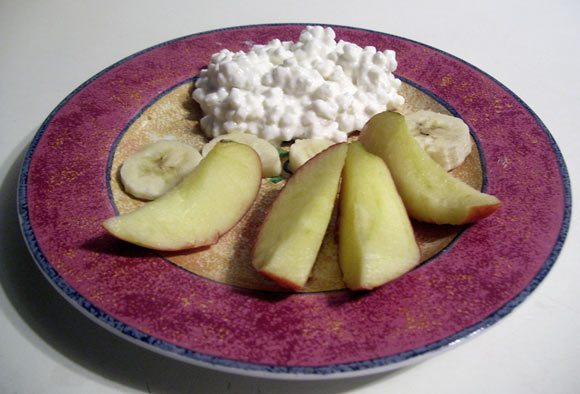 Picture of Cottage Cheese on a plate with apples